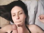 L'épouse est surprise avec une grande éjaculation sur son visage