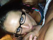Ma copine avec des lunettes fait pipe
