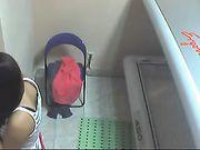 Femme nue dans le solarium sur caméra cachée