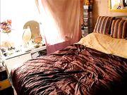 Mamie amateur se masturbe au lit avec des godes