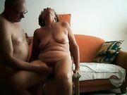 Une mamie amateur atteint l'orgasme avec les doigts du mari