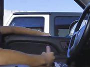 Un gars se masturbe en voiture et les filles regardent