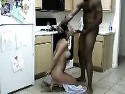 Sexe dans la cuisine avec un ami noir