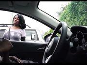 Fille regarde un homme noir se masturber dans la voiture