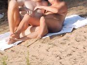 Des nudistes voyeurs sont filmés à la plage